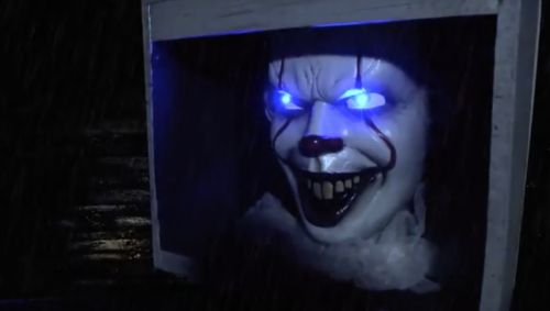 screen shot 2018 08 01 at 9.01.47 pm 500x283 A talking life size Pennywise now lurks in the sewers of Party City